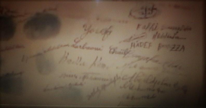Firmas de los principales participantes en el establecimiento de la mezquita y la madrasa